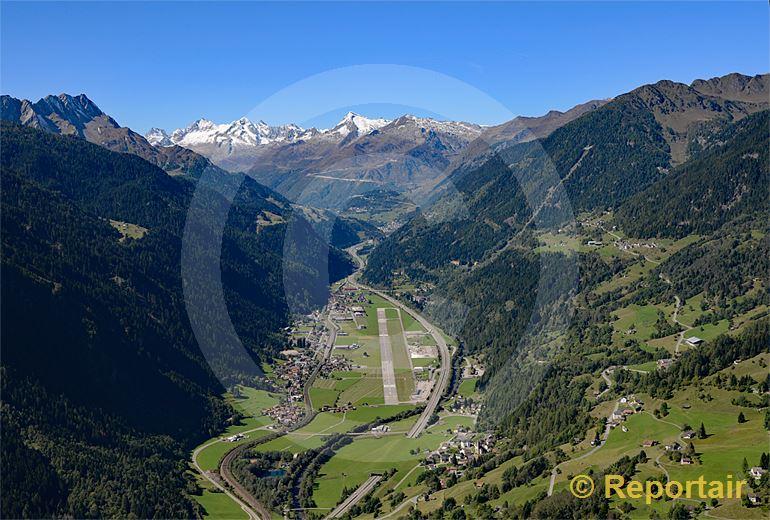 Foto: Ambri TI und sein Flugplatz. (Luftaufnahme von Niklaus Wächter)
