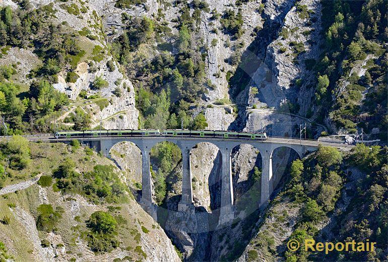 Foto: Abenteuerlich unterwegs auf der Lötschberg-Südrampe. (Luftaufnahme von Niklaus Wächter)