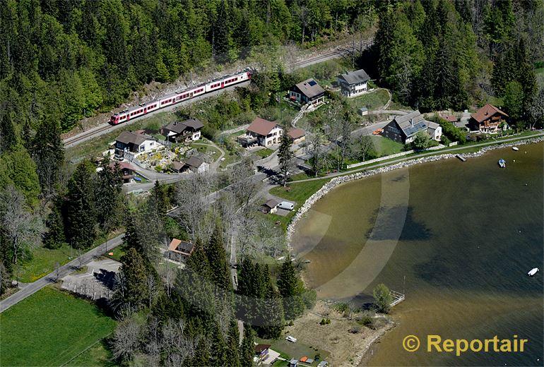 Foto: Die Bahn unterwegs am Lac de joux VD. (Luftaufnahme von Niklaus Wächter)