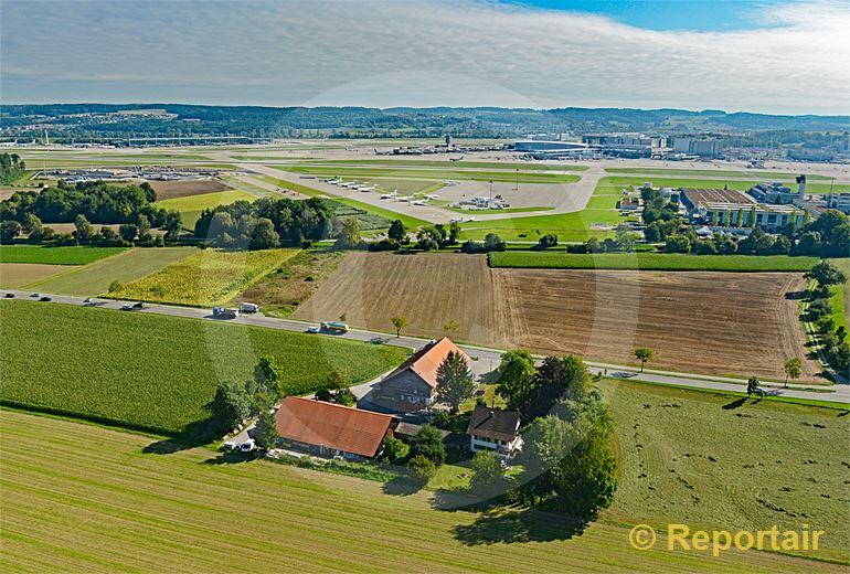 Foto: Bauernhof an der .Ue.berlandstrasse beim Flughafen Zürich-Kloten. (Luftaufnahme von Niklaus Wächter)
