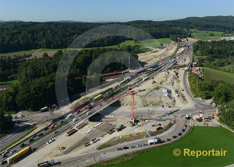 Foto: Ausbau der Nordumfahrung Zürich. Blickrichtung Gubristtunnel Nordportal. (Luftaufnahme von Niklaus Wächter)