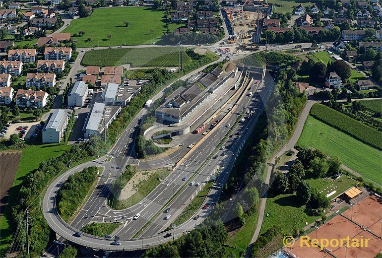 Foto: Ausbau der Nordumfahrung Zürich. Blick auf das Südportal des Gubristtunnels. (Luftaufnahme von Niklaus Wächter)