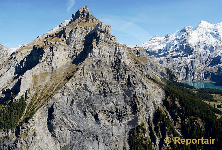 Foto: Der Hausberg von Kandersteg BE ist zerfurchtes Urgestein und trägt den Namen Bire. (Luftaufnahme von Niklaus Wächter)