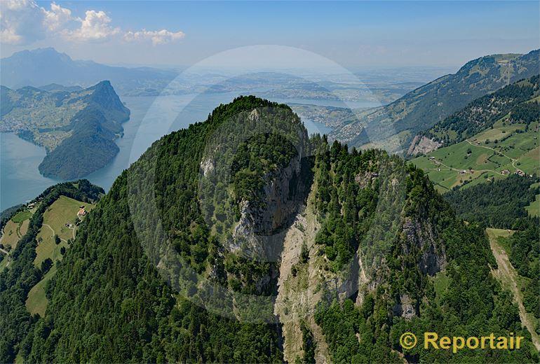 Foto: Der Vitznauerstock SZ wird auch Gersauerstock genannt und trohnt bis zu 1452 m.ü.M. über dem Vierwaldstättersee. (Luftaufnahme von Niklaus Wächter)