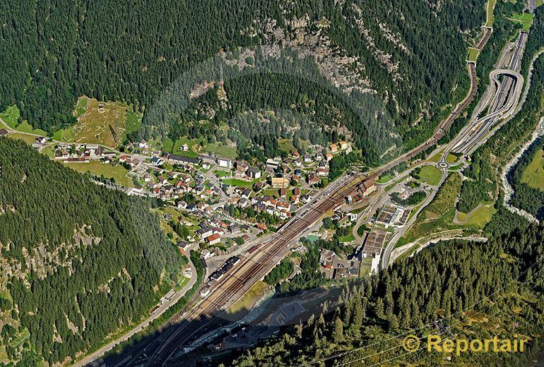 Foto: Von oben am schönsten. Göschenen UR an der Nord-Süd-Transitachse von Bahn- und Strassenverkehr. (Luftaufnahme von Niklaus Wächter)