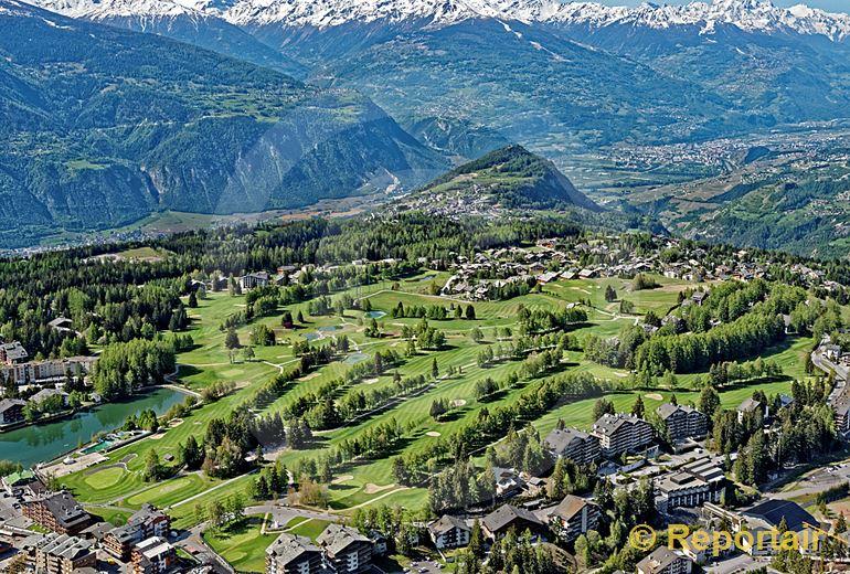 Foto: Crans Montana VS mit seinem Golfplatz. (Luftaufnahme von Niklaus Wächter)