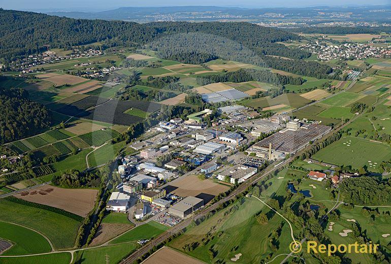 Foto: Vorbildlich begrenzt - das Industriegebiet von Otelfingen ZH. (Luftaufnahme von Niklaus Wächter)