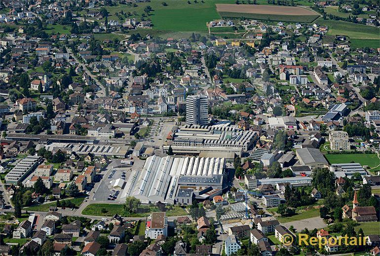 Foto: Mitten in Menziken AG steht die Aluminiumfabrik. (Luftaufnahme von Niklaus Wächter)