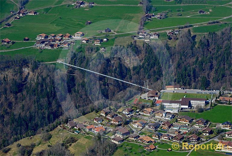 Foto: Eine 320 Meter lange Panorama-Hängebrücke über ein Bachtobel verbindet Sigriswil BE mit dem Nachbarort. (Luftaufnahme von Niklaus Wächter)