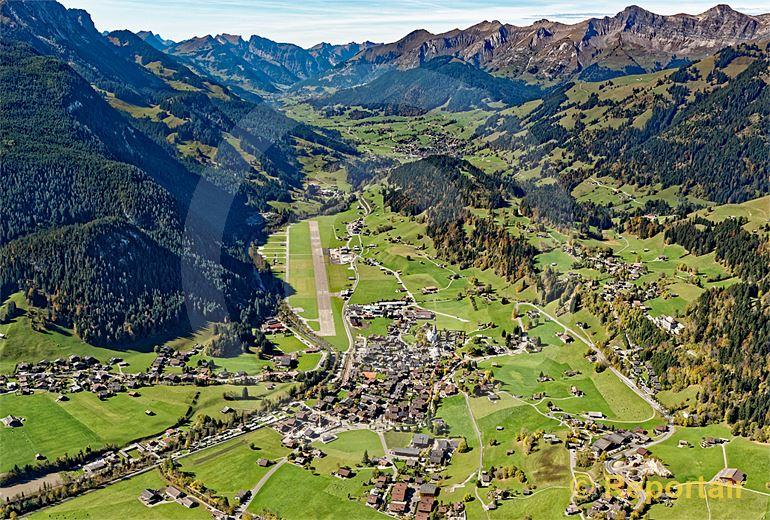 Foto: Saanen BE mit seinem Flugplatz. (Luftaufnahme von Niklaus Wächter)