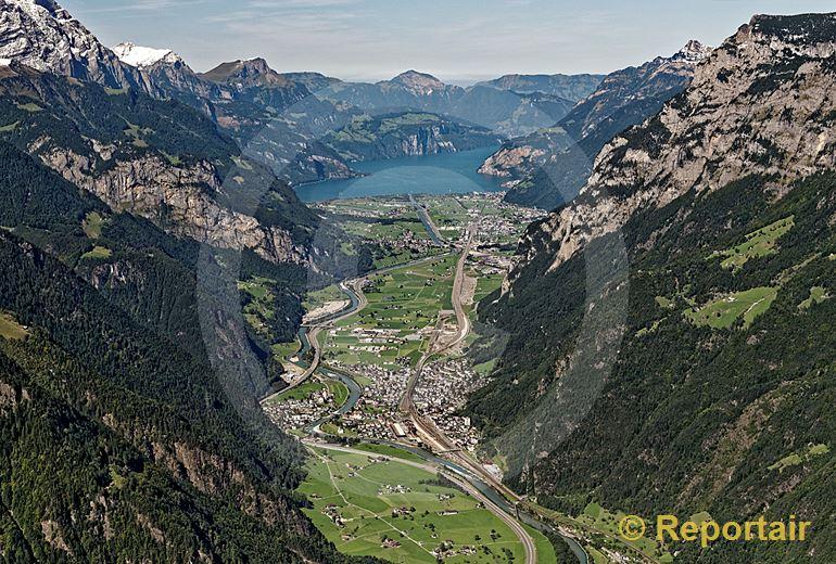 Foto: Zwischen Gotthard und Urnersee und hohen Bergen liegt Erstfeld UR. (Luftaufnahme von Niklaus Wächter)