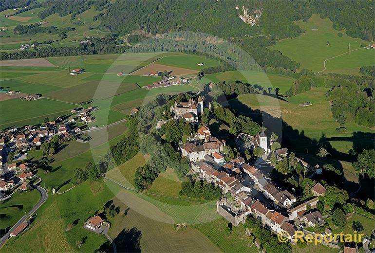Foto: Das historische Städtchen Greyerz bzw. Gruyeres ist mit seinem Schloss ein Touristenmagnet. (Luftaufnahme von Niklaus Wächter)