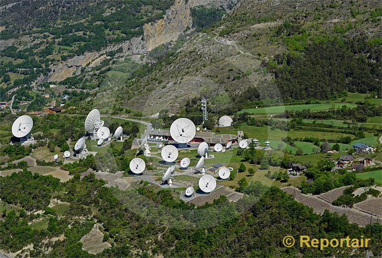 Foto: Die geheimnisumwitterten Parabolspiegel bei Leuk VS geben zu vielerlei Mutmassungen Anlass. (Luftaufnahme von Niklaus Wächter)