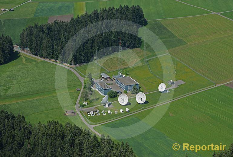 Foto: Abhorchstation in idyllischer Umgebung Am Buchholterberg bei Heimenschwand BE stehen die grossen Parabolspiegel des Schweizer Geheimdienstes. (Luftaufnahme von Niklaus Wächter)