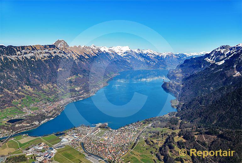 Foto: Der Brienzersee mit seinem berühmten gletscherblauen Wasser. (Luftaufnahme von Niklaus Wächter)