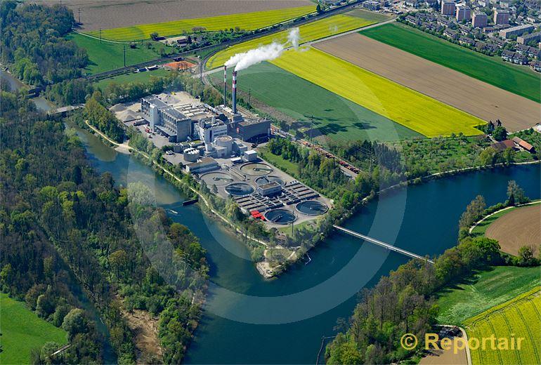 Foto: Die ARA an der Aare. Der Zweckverband der Abwasserregion Solothurn-Emme  ZASE, sorgt bei Zuchwil für sauberes Aarewasser. (Luftaufnahme von Niklaus Wächter)