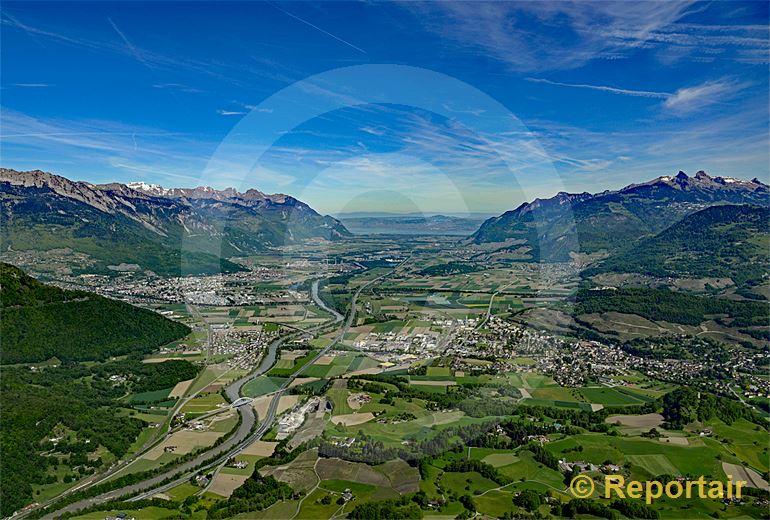Foto: Das Rhonetal wo es am breitesten ist, kurz vor dem Genfersee bei Aigle. (Luftaufnahme von Niklaus Wächter)