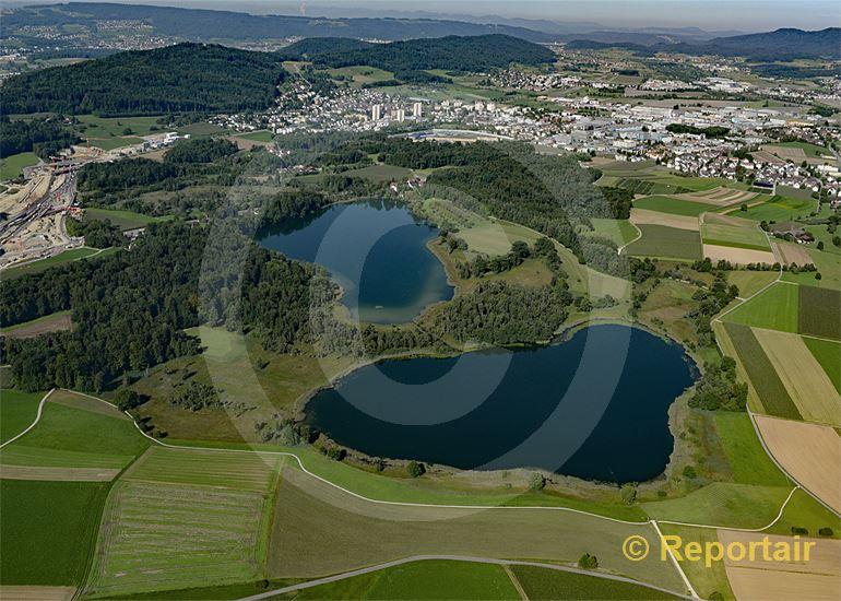 Foto: Der Obere und im Hintergrund der Untere Chatzensee zwischen Regensdorf und Wallisellen ZH. (Luftaufnahme von Niklaus Wächter)