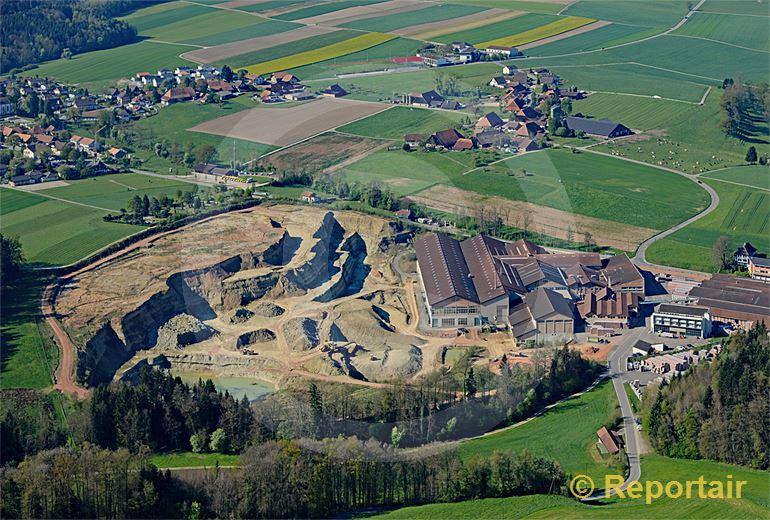 Foto: Landschaftsprägend - die Ziegelei von Rapperswil BE. (Luftaufnahme von Niklaus Wächter)