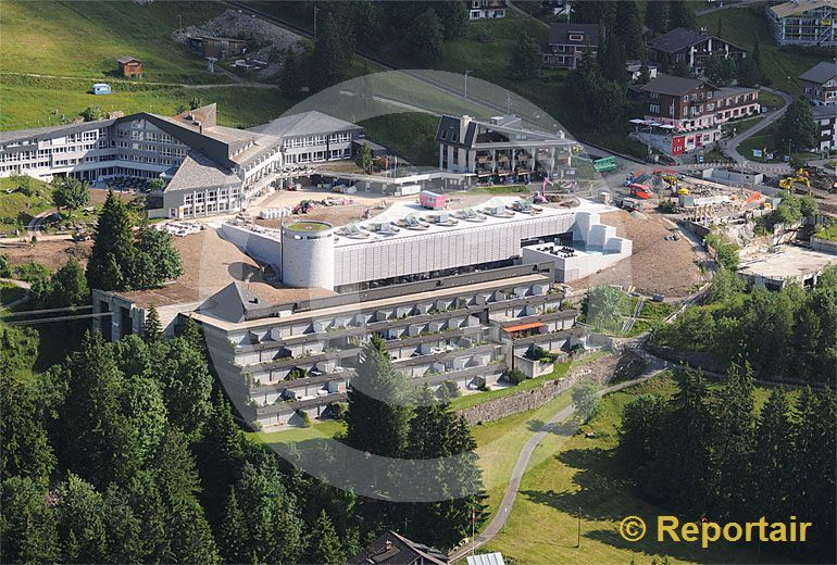 Foto: Auf Rigi-Kaltbad steht das von Stararchitekt Mario Botta gestaltete unterirdische Wellnessbad vor der Eröffnung. (Luftaufnahme von Niklaus Wächter)