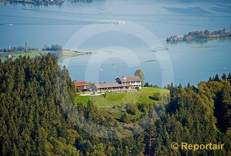Foto: Berggasthaus Etzel auf Etzel-Kulm mit Ausblick auf den Zürichsee. (Luftaufnahme von Niklaus Wächter)