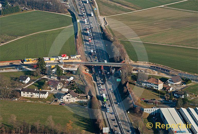 Foto: Der Ausbau der Autobahn A1 und A2 zwischen Wiggertal und Härkingen auf sechs Spuren - hier-bei Gunzgen - dauert noch bis im November 2014. (Luftaufnahme von Niklaus Wächter)
