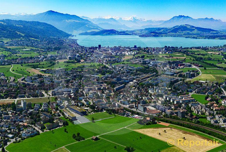 Foto: Baar ZG mit der Stadt Zug und dem Zugersee im Hintergrund. (Luftaufnahme von Niklaus Wächter)