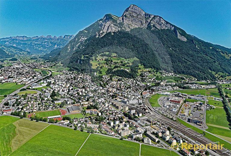 Foto: Der Verkehrsknotenpunkt Sargans SG vor dem 1830 Meter hohen Gonzen. (Luftaufnahme von Niklaus Wächter)