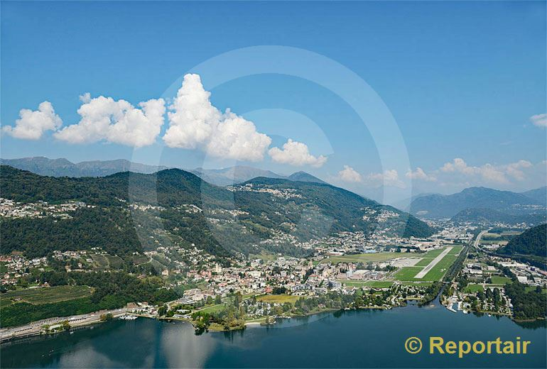 Foto: Agno TI am Lago di Lugano und sein Flugplatz. (Luftaufnahme von Niklaus Wächter)