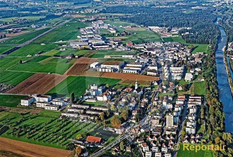 Foto: Das Dorf Emmen LU neben der Reuss. (Luftaufnahme von Niklaus Wächter)
