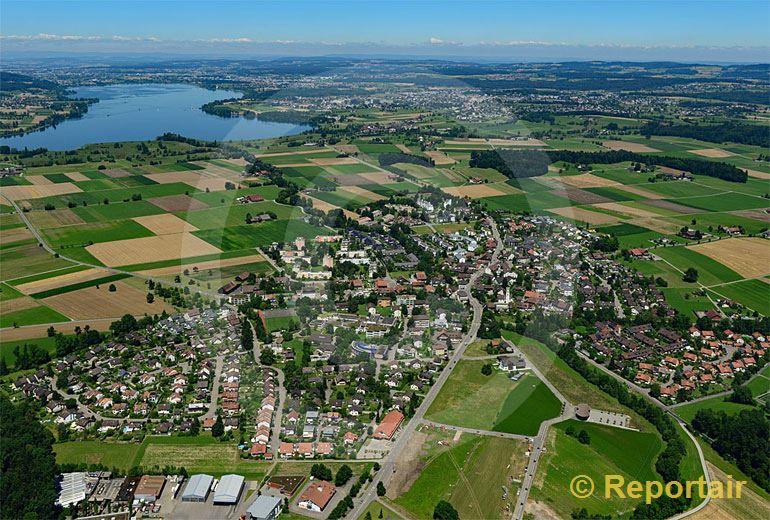 Foto: Mönchaltorf ZH mit dem Greifensee im Hintergrund. (Luftaufnahme von Niklaus Wächter)