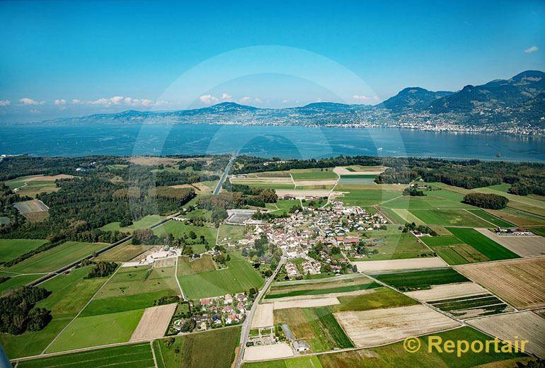 Foto: Zwischen Wiesen und Feldern am östlichen Ende des Genfersees liegt Noville VD. (Luftaufnahme von Niklaus Wächter)