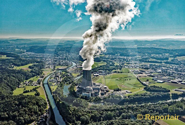 Foto: Bei der Atomkraft sehen viele Menschen schwarz. Im Bild das Atomkraftwerk Gösgen AG. (Luftaufnahme von Niklaus Wächter)