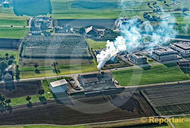 Foto: Viel Rauch von der Landi-Trocknungsanlage bei Sursee LU. (Luftaufnahme von Niklaus Wächter)