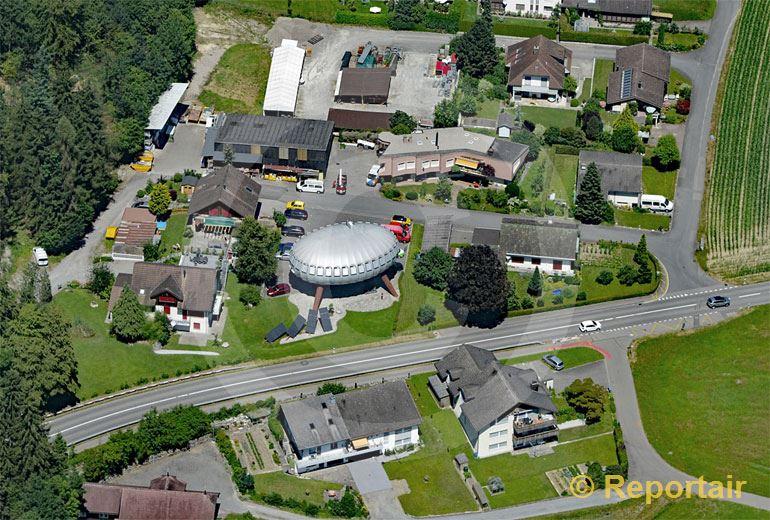 Foto: Das Ei-Familienhaus von Sins AG. (Luftaufnahme von Niklaus Wächter)
