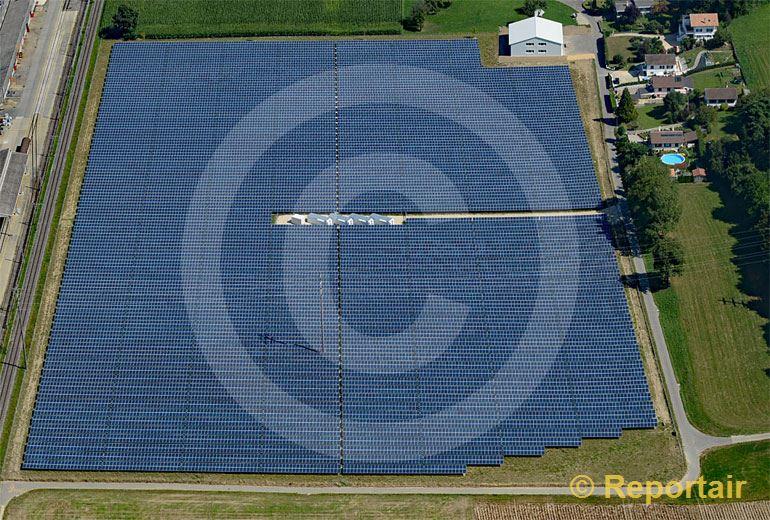 Foto: Solarzellenfeld in Payerne VD. (Luftaufnahme von Niklaus Wächter)