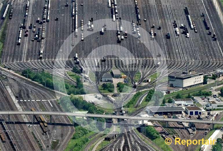 Foto: Optisches Täuschungsmanöver auf dem Rangierbahnhof Limmattal ZH In Wirklichkeit ist alles flach. (Luftaufnahme von Niklaus Wächter)