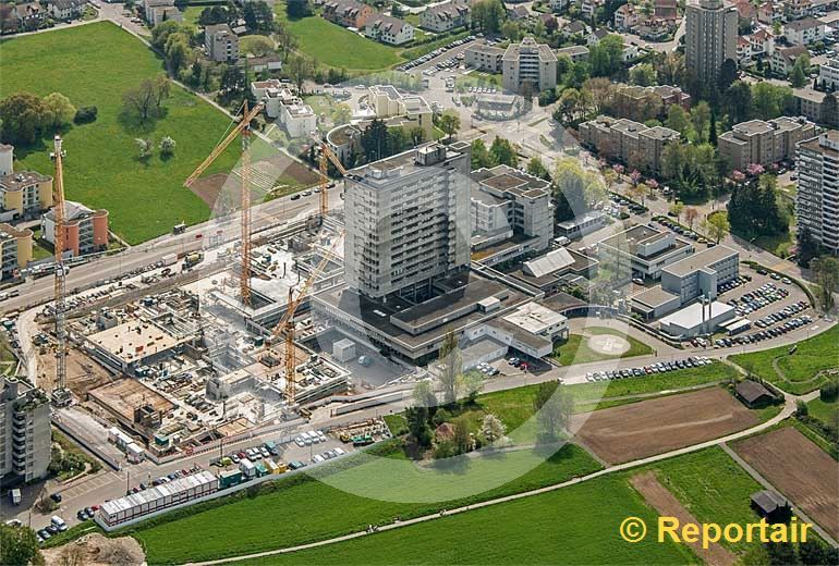 Foto: Das Spital Limmattal in Schlieren ZH wird ausgebaut . (Luftaufnahme von Niklaus Wächter)