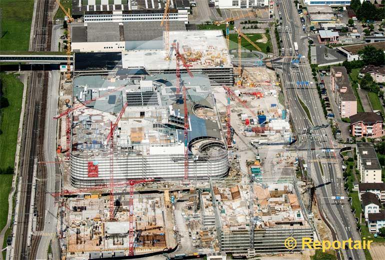 Foto: Vorerst ist die Mall of Switzerland noch der grösste Sammelplatz für Baukranen in Switzerland. (Luftaufnahme von Niklaus Wächter)