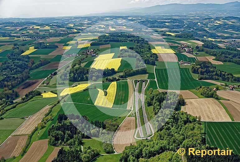 Foto: Ein bisschen Strasse muss sein Die Autobahn A1 bei La Vounaise FR . (Luftaufnahme von Niklaus Wächter)