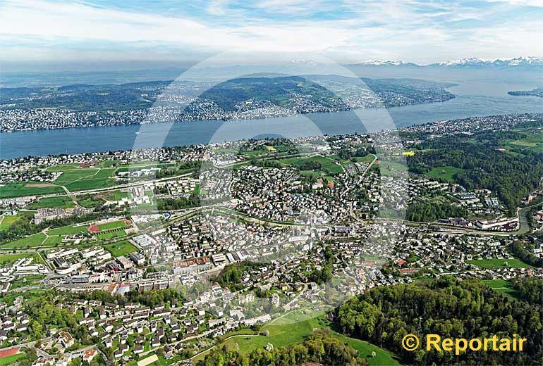 Foto: Adliswil ZH zwischen Albiskette und Zürichsee. (Luftaufnahme von Niklaus Wächter)