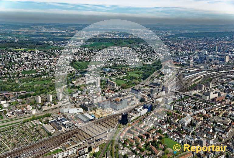 Foto: Altstetten ZH westlich von Zürich ist schon seit Jahrzehnten ein Quartier der Stadt Zürich und von den Geleisesträngen des nahen Hauptbahnhofs geprägt. (Luftaufnahme von Niklaus Wächter)