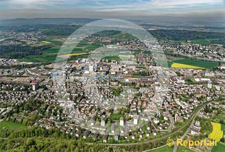 Foto: Schlieren ZH  ist eine Stadt mit mehr als 14000 Bewohnern und politische Gemeinde im Bezirk Dietikon des Kantons Zürich. (Luftaufnahme von Niklaus Wächter)