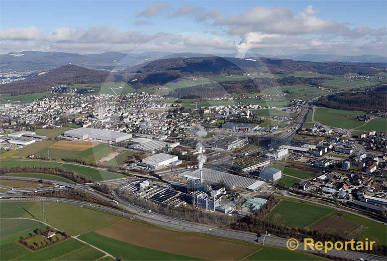 Foto: Oftringen (AG) mit Autobahn-Verzweigung, Kehrichtverbrennung, Kläranlage und Industrie. (Luftaufnahme von Niklaus Wächter)