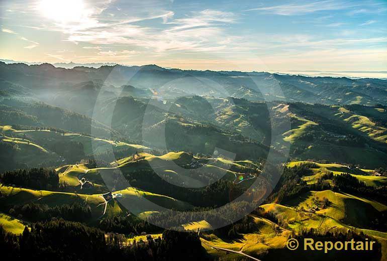 Foto: Die Napfregion in der Biosphäre Entlebuch. (Luftaufnahme von Niklaus Wächter)