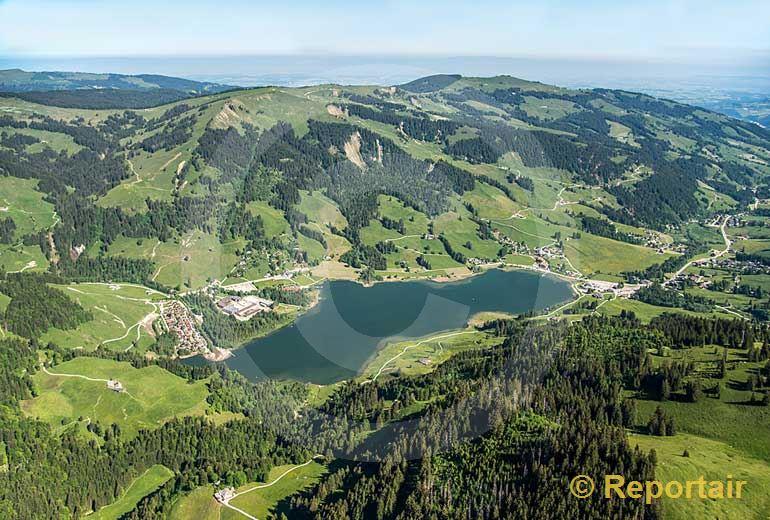 Foto: Der Schwarzsee in den Freiburger Voralpen.. (Luftaufnahme von Niklaus Wächter)