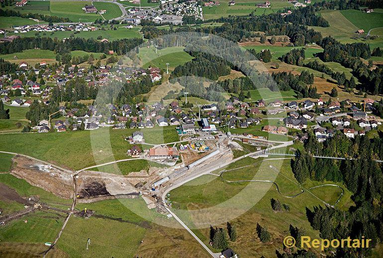 Foto: Auf dem Mostelberg im Wander- und Skigebiet Sattel-Hochstuckli entstehen weitere Freizeitanlagen. (Luftaufnahme von Niklaus Wächter)