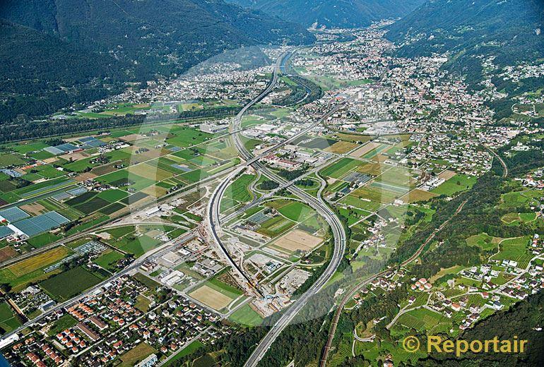 Foto: Zersiedelung und Verkehrsströme prägen die Magadinoebene unterhalb von Bellinzona (TI). (Luftaufnahme von Niklaus Wächter)