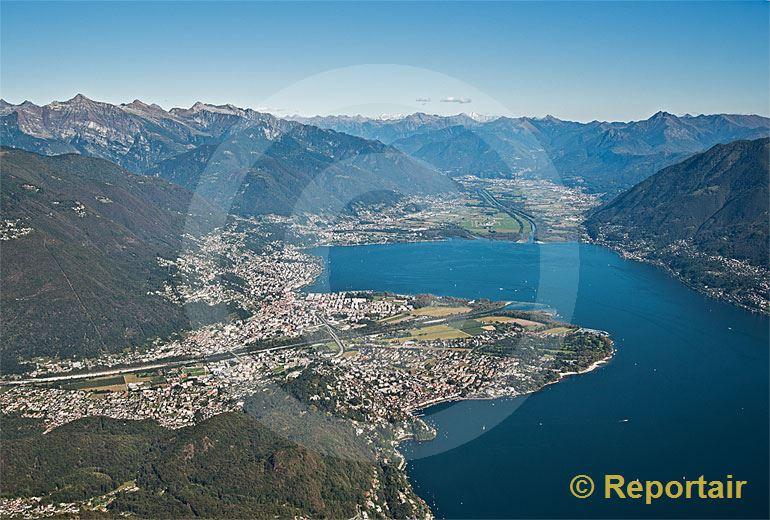 Foto: Die Region Locarno mit dem Maggia-Delta im Vorder- und der Magadino-Ebene im Hintergrund. (Luftaufnahme von Niklaus Wächter)