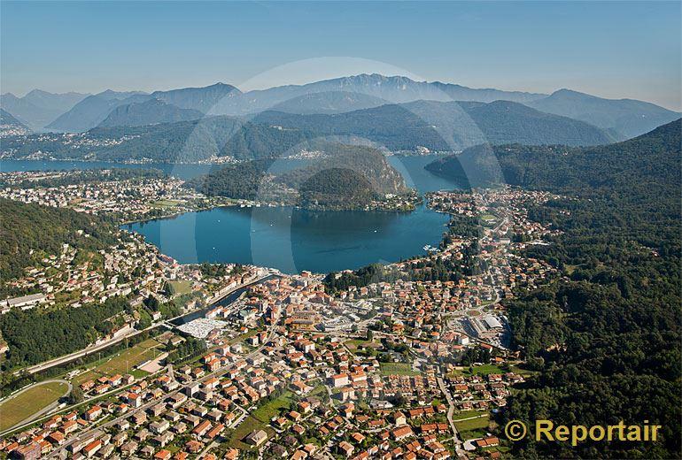Foto: Das Grenzstädtchen Ponte Tresa (TI) ist flächenmässig die fünftkleinste Schweizer Gemeinde. (Luftaufnahme von Niklaus Wächter)